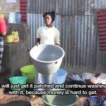 De plastic wasmanden reparateur van Majengo