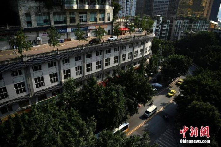 Weg op het dak van flatgebouw