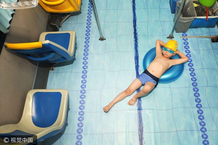 Ritje in een zwembad bus