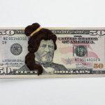 Geld met haar: geborduurde bankbiljetten