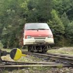 Auto met treinwielen