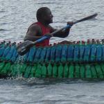 Bouw van ecologische kano uit plastic fles