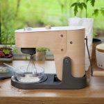 Low tech houten keukenmachine die je moet aanslingeren