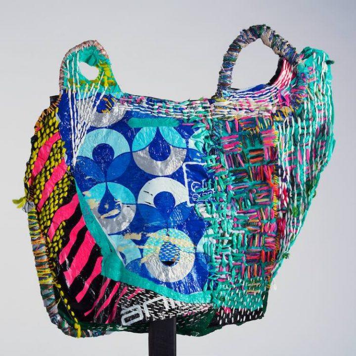 Plastic tasjes kunst als protest tegen de wegwerpmaatschappij