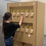 Low tech automaat van karton
