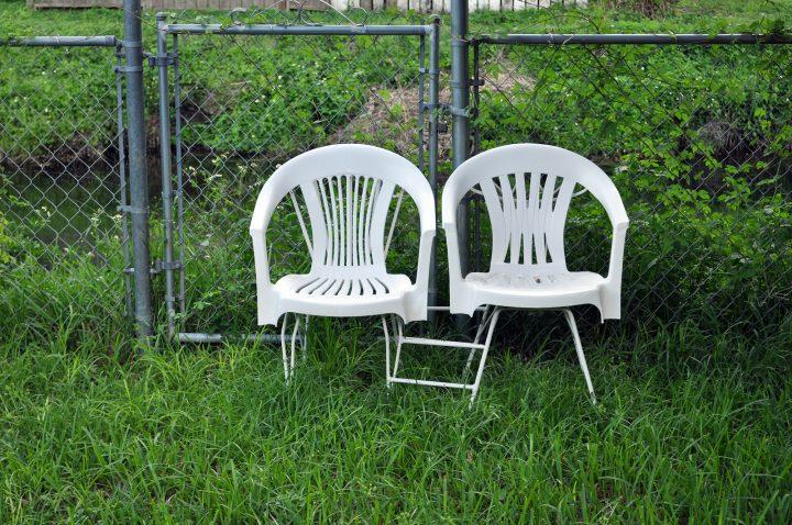 Kapotte Monobloc stoel: a.u.b. niet weggooien!