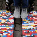 Lego oma bouwt rolstoelhellingen van Lego-stenen