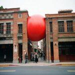 Rode bal als kunstwerk